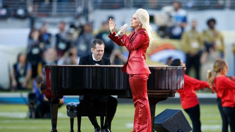 En un brillantes suit rojo cantó Lady Gaga el Himno en el Super Bowl
