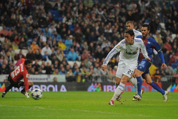 Cuatro minutos después fue el turno del alemán Mesut Özil.