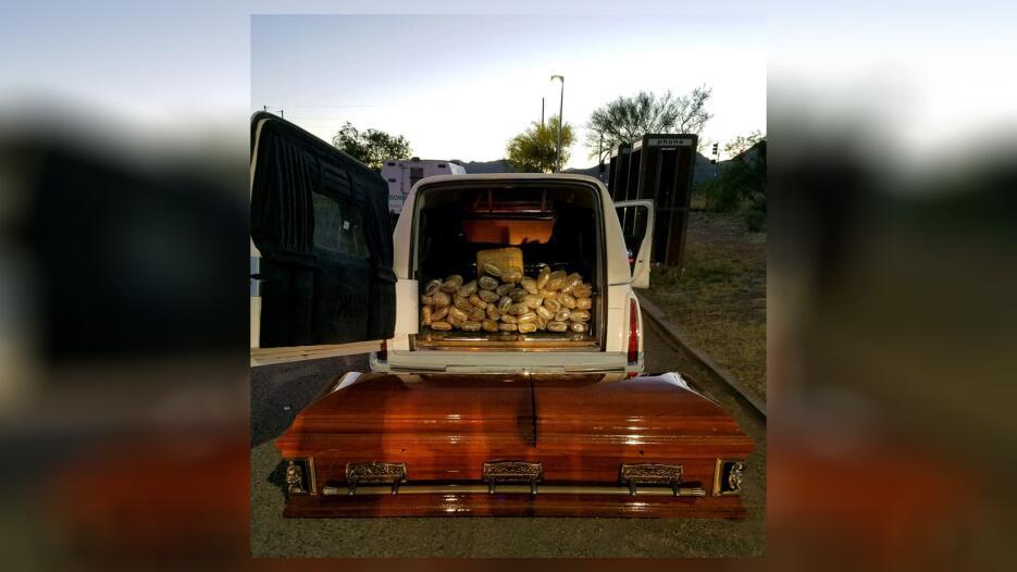 Decubren marihuana en un carro funebre Ataud1 CBP.jpg