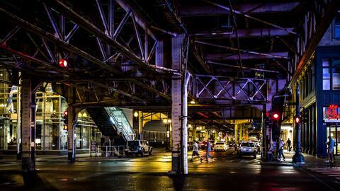 Bajo las líneas del Loop del Metro de Chicago, en Illinois.