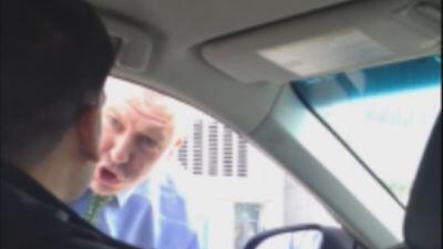 Captado en cámara momento que policía agrede a conductor de Uber