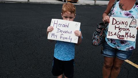 Un niño en una manifestación pidiendo más fondos pa...