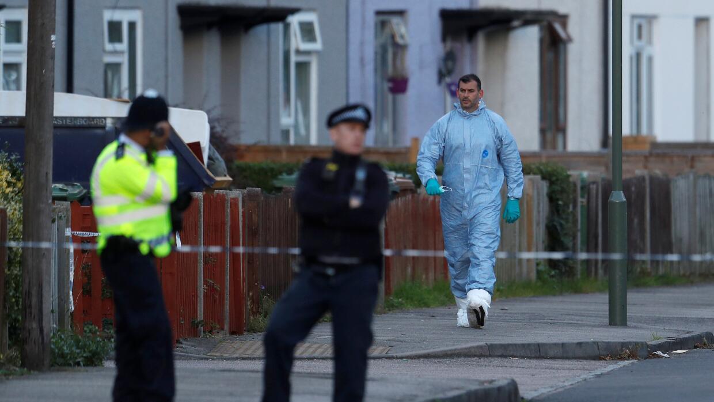 Policías y equipos forenses tras un registro de una propiedad luego del...