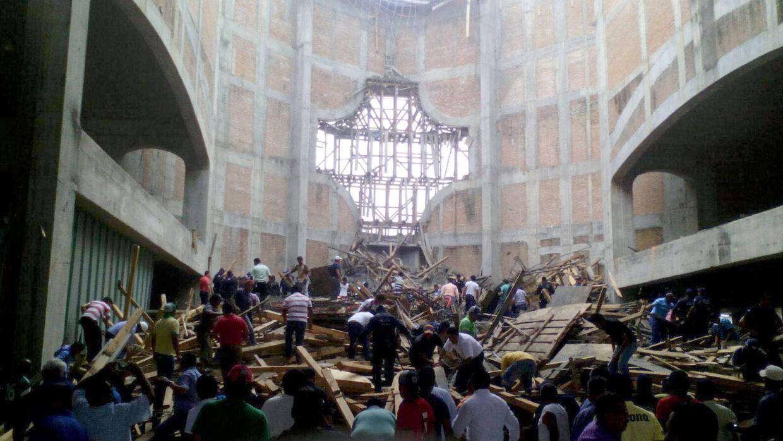 Labores de rescate tras el derrumbe en la iglesia.