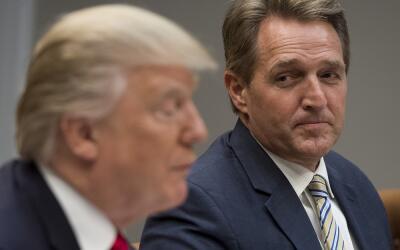 El presidente Donald Trump (i), junto al senador republicano Jeff Flake...