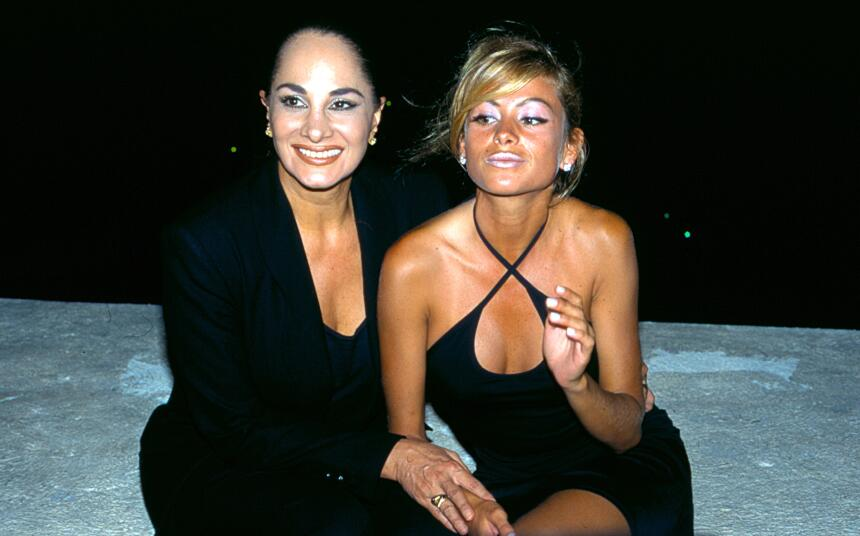 Pau, sexy y bronceada, posó con su mamá Susana Dosamantes en 1995, cuand...