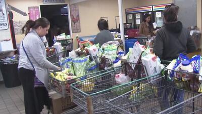 Bancos de comida, gran ayuda para que trabajadores afectados por el cierre de gobierno puedan alimentar a sus familias