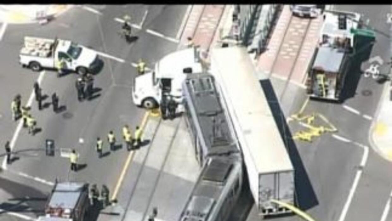El segundo accidente se registró cuando un tráiler de 18 ruedas chocó co...