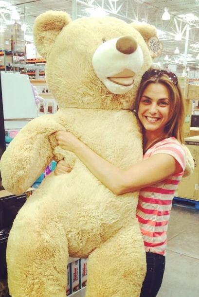 Estaba feliz con este enorme oso de pelucho. ¡Nunca deja de divertirse!