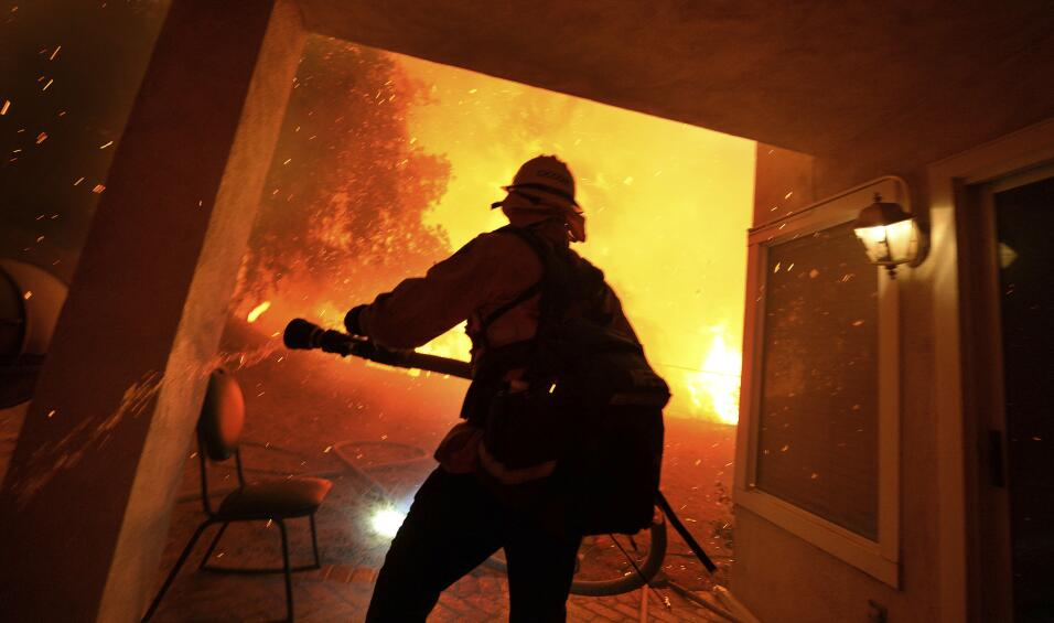 Incendio en el sur California se extiende a 2,000 acres en un día compli...