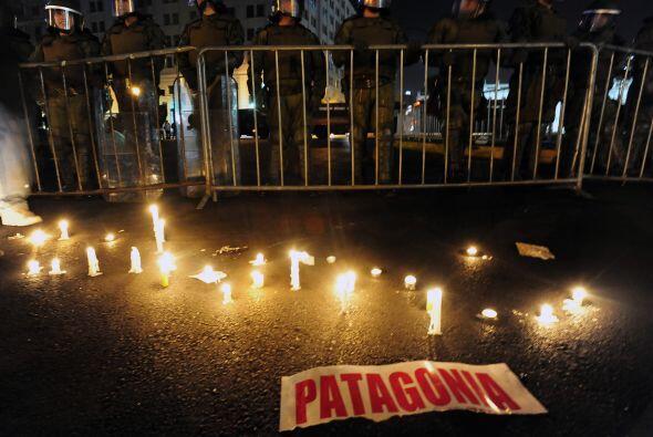 Decenas de miles de personas protestaron el viernes por la noche frente...