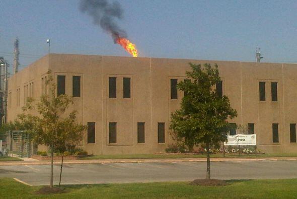 Las llamas y el humo se podían ver a la distancia y generaron preocupaci...