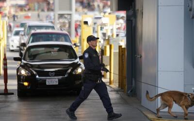 Un agente de la Oficina de Aduanas y Control Fronterizo (CBP) recorre co...