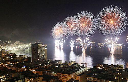 Copacabana, Brasil, iluminada y engalanada con fuegos artificiales para...
