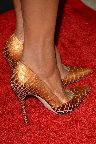 Para complementar el look no pueden faltar unos lindos zapatos dorados...
