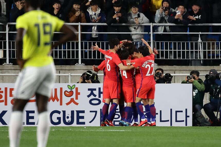 Colombia tropezó en su visita a Corea del Sur gettyimages-872462464.jpg