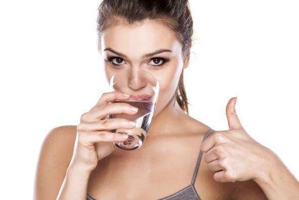 9.- Bebe mucha agua: Al estar hidratada, tus labios lo reflejarán, ya qu...