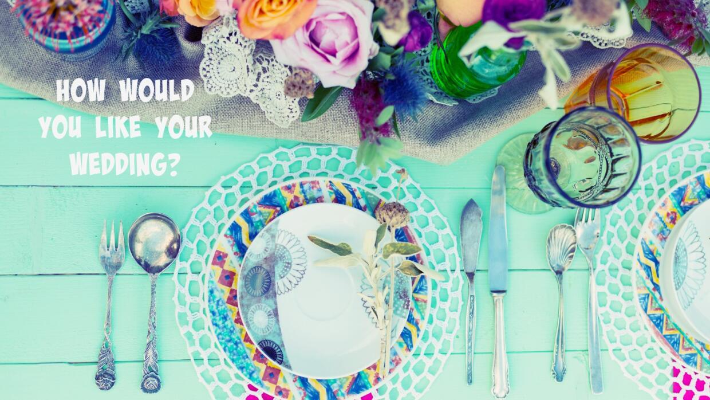 Mesa de boda con decoración alternativa y colorida.
