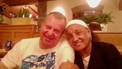 Cuida de su esposo invidente mientras padece Parkinson y tras sobrevivir a un cáncer de seno