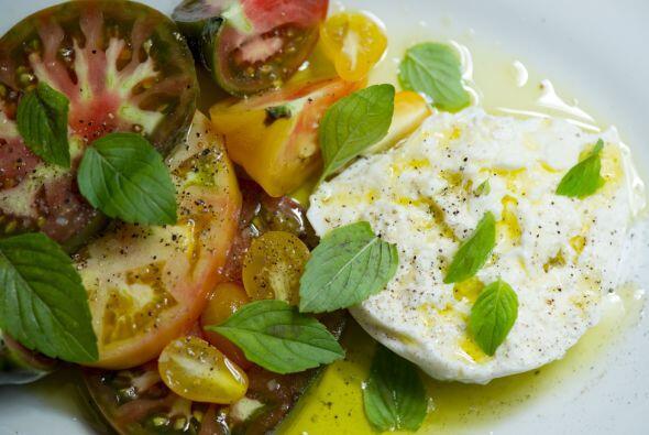 A las ensaladas les puedes agregar hojas de albahaca, hierbabuena o ment...