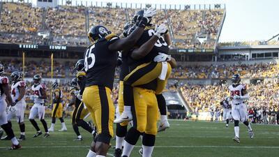 Los Steelers festejan uno de los TD's que consiguieron para llevarse...