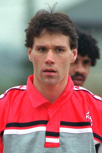 Fue en 1995 vistiendo la camiseta del Milan, que el holandés abandonó la...