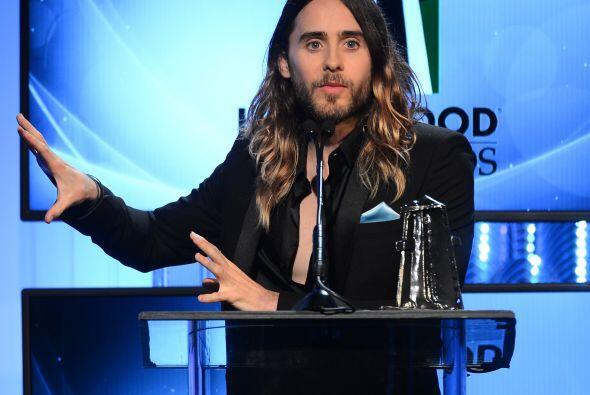 Jared Leto aceptando un premio por actuación revelación.Mira aquí los vi...