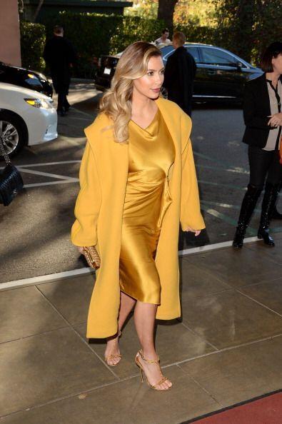 No podemos decir lo mismo de Kim, quien vistió un costoso traje satinado...