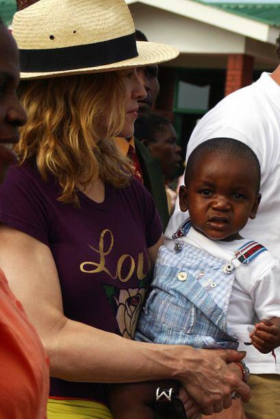 El 10 de octubre de 2006, Madonna metió los papeles de adopción en Malaw...
