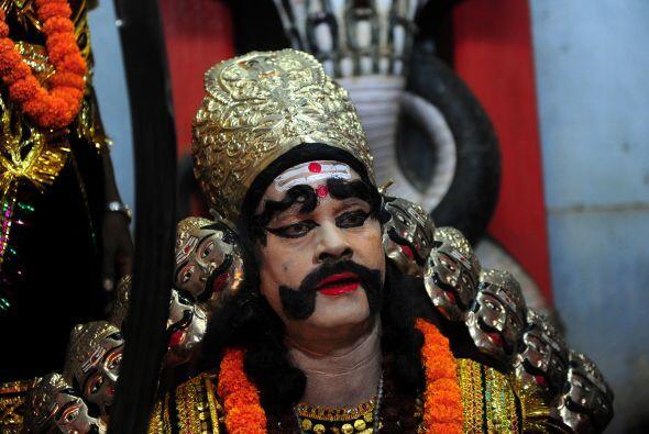 "Un devoto hindú realiza ""Arti"", como él ofrece o..."