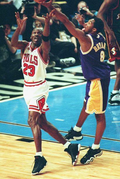 PROMEDIO DE REBOTES POR PARTIDO - Michael Jordan 6.2 - Kobe Bryant 5.3 /...