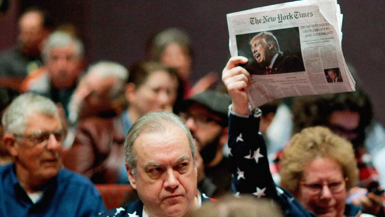 Una persona manifiesta a favor del periódico 'The New York Times&quo...