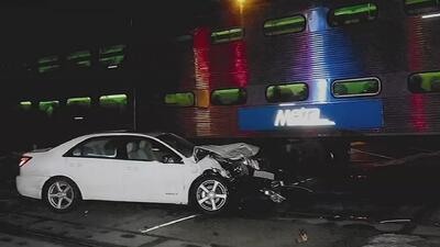 Logran rescatar a una mujer de 96 años segundos antes de que un tren impactara su auto