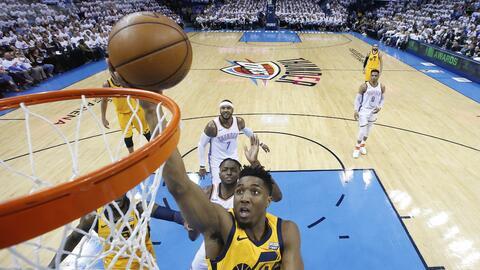 El guardia del Utah Jazz, Donovan Mitchell, encesta en el Juego 2 ante e...