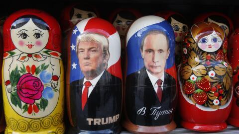 Muñecas tradicionales rusas de madera llamadas Matryoshka con las imágen...