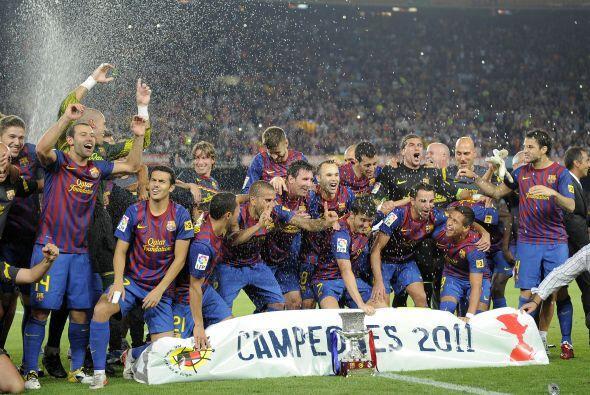 Después, los jugadores pasaron al campo con el trofeo.