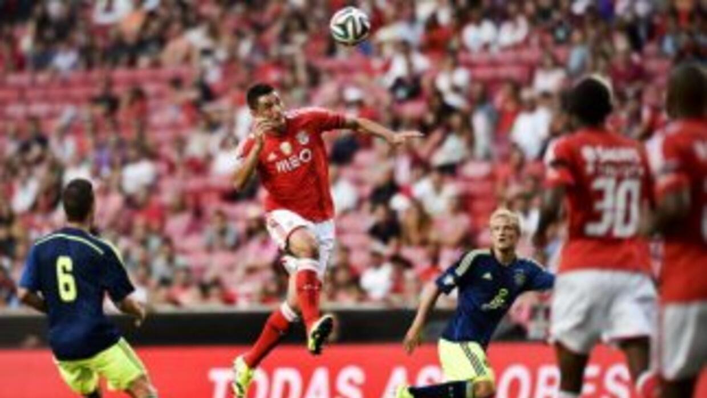 El paraguayo Cardozo remata en la derrota de Benfica ante Ajax.