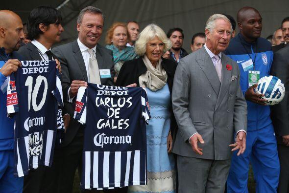 Luego, el equipo local, les entregó unas camisetas con los nombres de la...