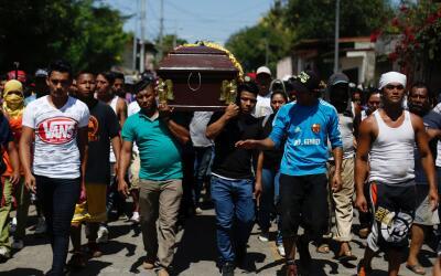 Familiares y amigos de Jairo Hernández llevan su ataúd est...