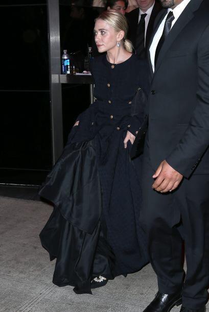Tal es el caso de Ashley Olsen quien no dejó su look de gabardina negra...