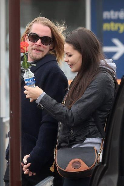 Macaulay Culkin le regaló una rosa a su chica... pero no le alcanzó para...
