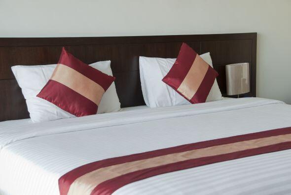 Una estrategia para cambiar el look del dormitorio fácilmente consiste e...