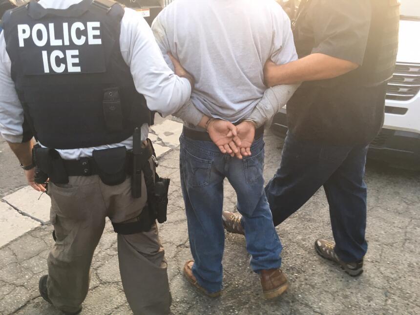 Carlos dijo a Univision Noticias que le dolió que lo hayan arrestado fre...