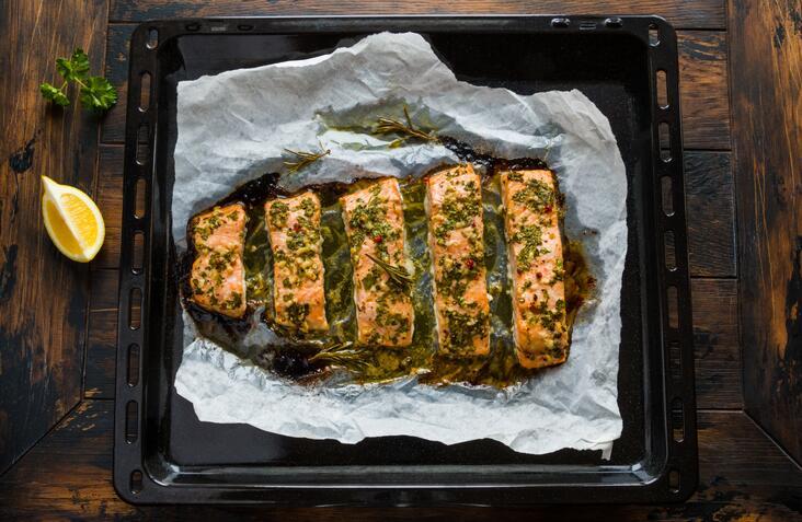 Con esta receta, un filete grande de salmón puede alcanzar hasta para cu...