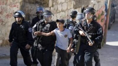 Varios policías sometieron al menor y se lo llevaron esposado (Imagen de...