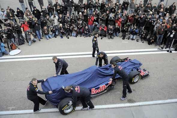 El equipo Red Bull Racing presentó el auto cn el que defenderá su campeo...