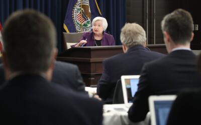 La presidenta de la Reserva Federal, janet Yallen, anuncia el aumento en...