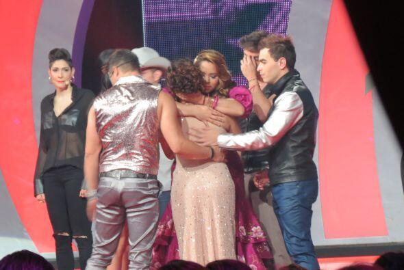 Sus compañeros bajaron al escenario para despedirse de ella.