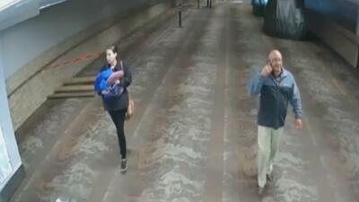 Revelan imágenes de la mujer que habría abandonado a un bebé en un baño del aeropuerto de Tucson