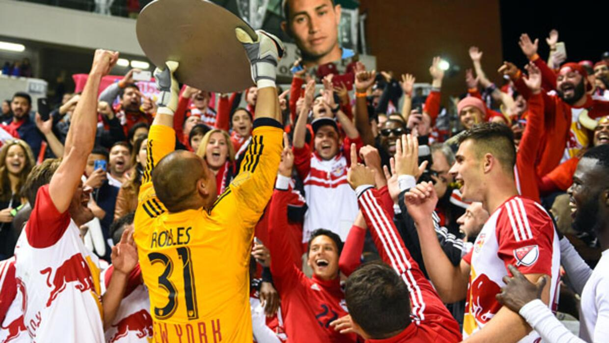 Matt Miazga y New York Red Bulls celebran el Supporters' Shield